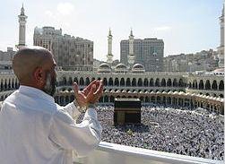 Orante en la mezquita Masjid Al Haram, La Meca. Imagen: Wikipedia