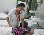 Enfermera atiende paciente en hospital
