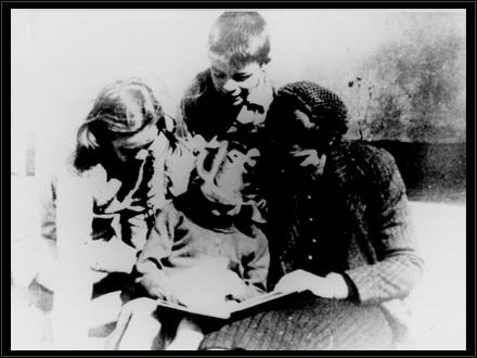 Ernestito, junto a sus hermanas Celia y Ana María y su madre Celia ojeando las páginas de un libro. Sin dudas sus padres cultivaron en él desde su infancia su vocación de lector.