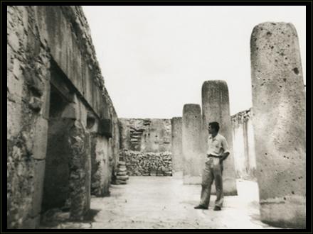 Autorretrato de Ernesto en las ruinas mayas de Mitla. México 1955.