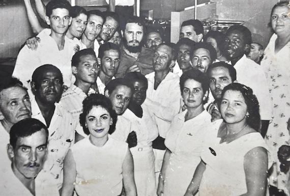 Fidel Castro en el comedor del Hospital Amalia Simoni, Camagüey.