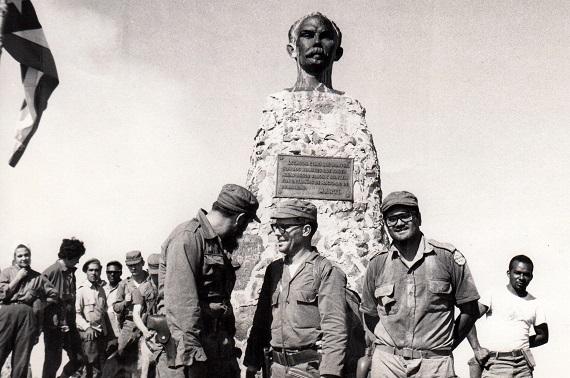 Primera Graduación de médicos formados con la Revolución. Pico Turquino. 14 de noviembre de 1965