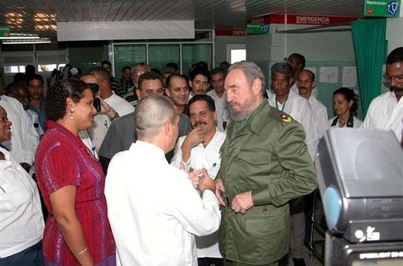 """Visita al Hospital """"Gustavo Aldereguía"""". Cienfuegos. Año 2004. (Fuente: MINSAP)"""