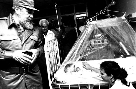 """Fidel recorre las salas de hospitalización del Pediátrico """"Juan M. Márquez"""". Municipio Marianao. Año 1989. (Fuente: MINSAP)"""