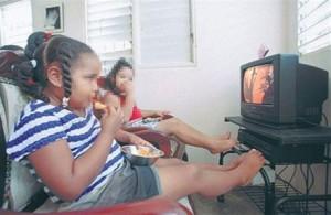 Niños obesos viendo televisión