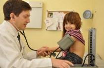 niño pequeño tomándole la presión arterial