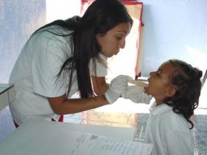 Médicos cubanos en la atención el niño. Imagen: Cubadebate