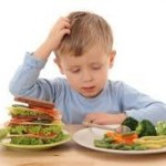 Niño indeciso ante que comer