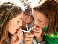 Jovenes fumando 2