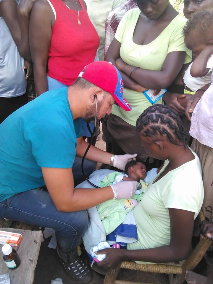 Médico cubano prestando ayuda en Haití
