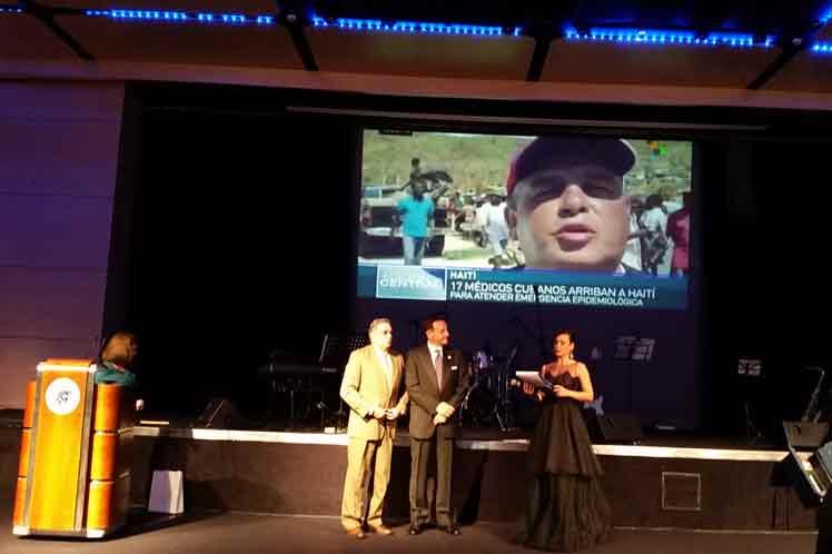 Recibe el premio el Dr. Lorenzo Somarriba en representación del Contingente y del MINSAP